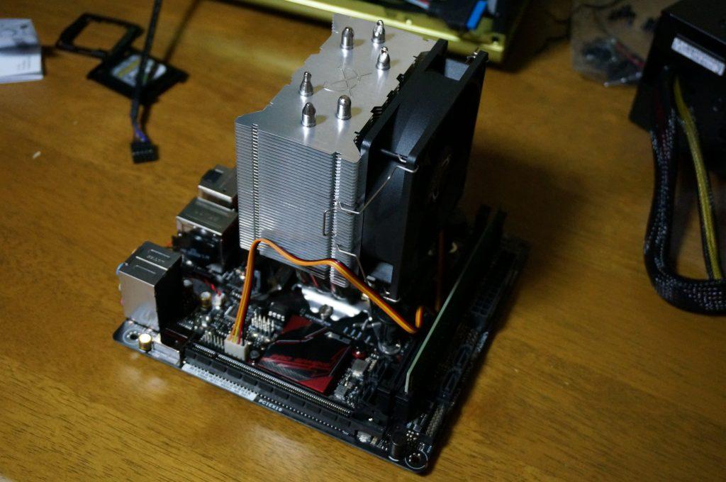 CPUクーラーをマザーボードにつけた写真