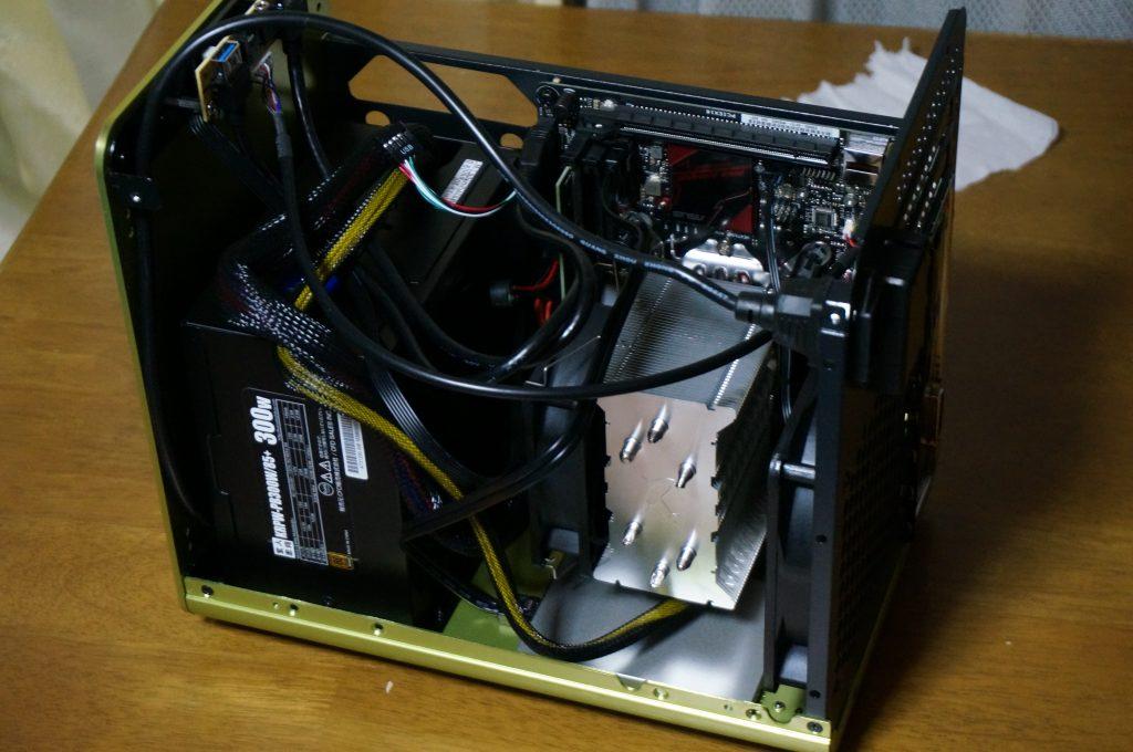 電源ユニットとSSDをケースにつけた写真