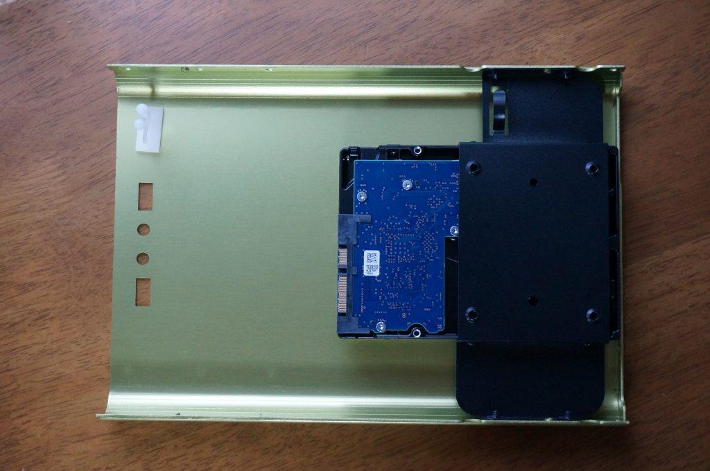 HDDをケースにつけた写真
